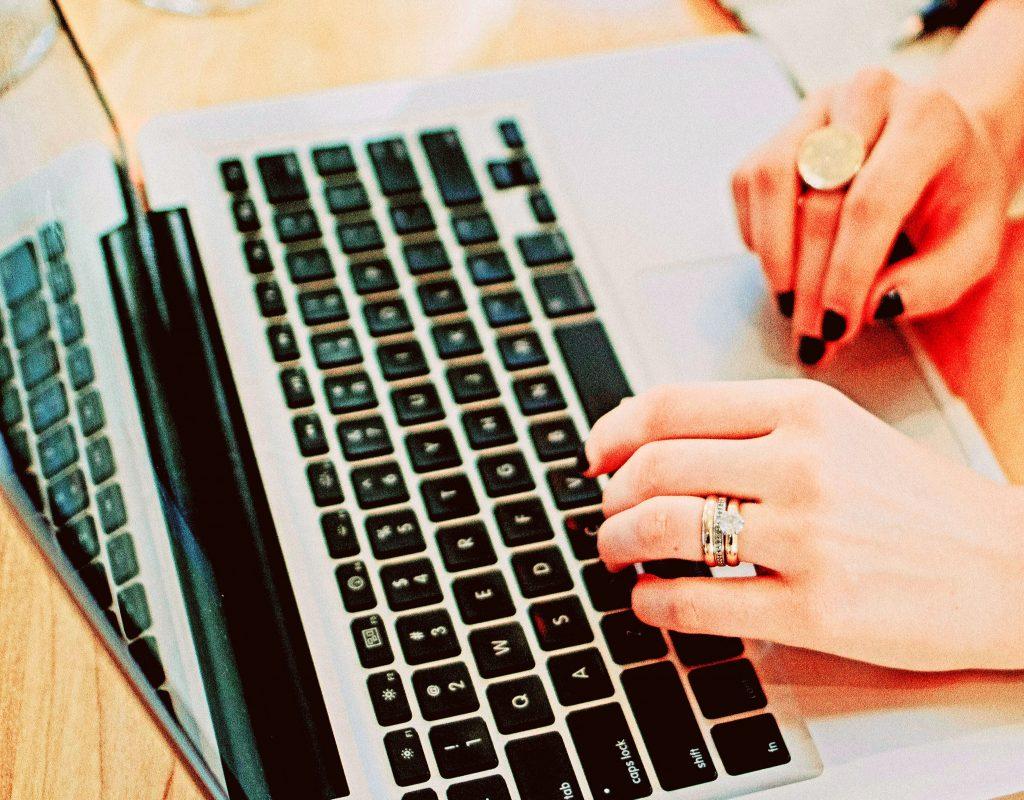PAKT_handen_laptop_2